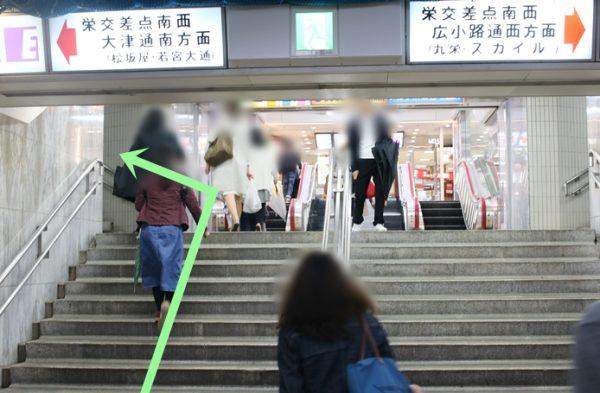 階段を上がって左折